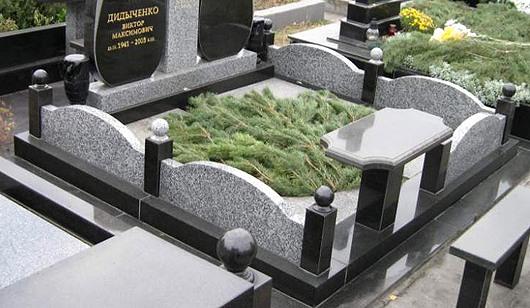 Цоколь на кладовище з сірого граніта