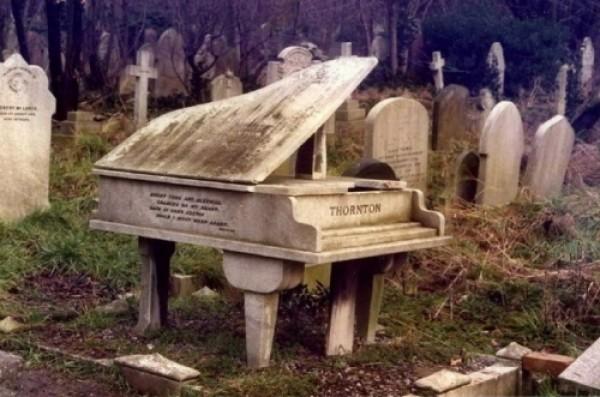 пам'ятник білий рояль з мармуру