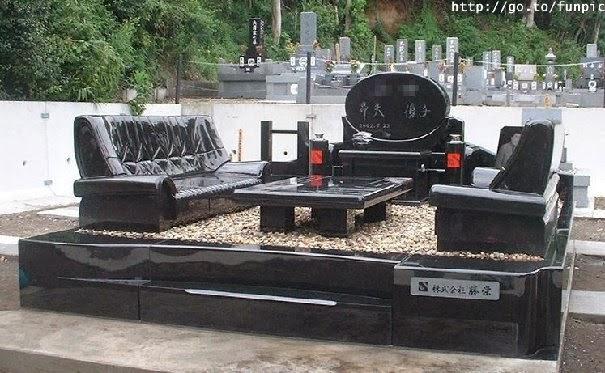 Надгробна скульптура з гранітними диванами та чайним столиком