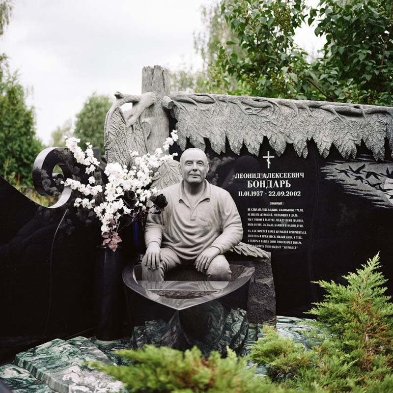 пам'ятник мужчині, який сидить в човні