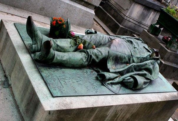 бронзовий пам'ятик зі скульптурою мужчини, що лежить