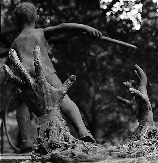 пам'ятник дитина, що виривається з рук