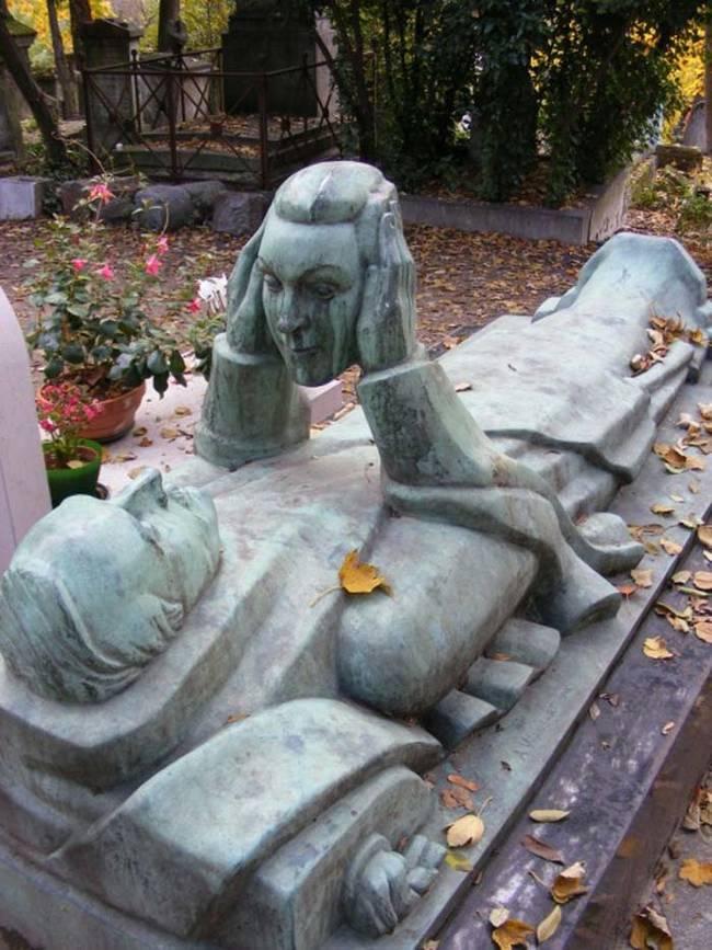 пам'ятник чоловіку, що тримає голову