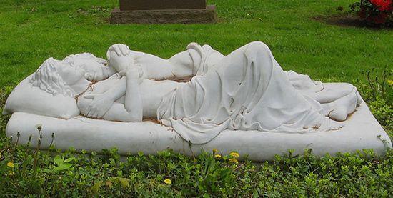 мармуровий памятник у вигляді ложа