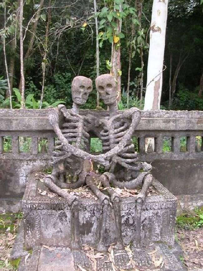 пам'ятник у вигляді скелетів