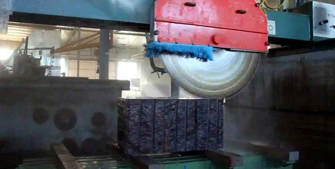 Розпил гранітного блоку