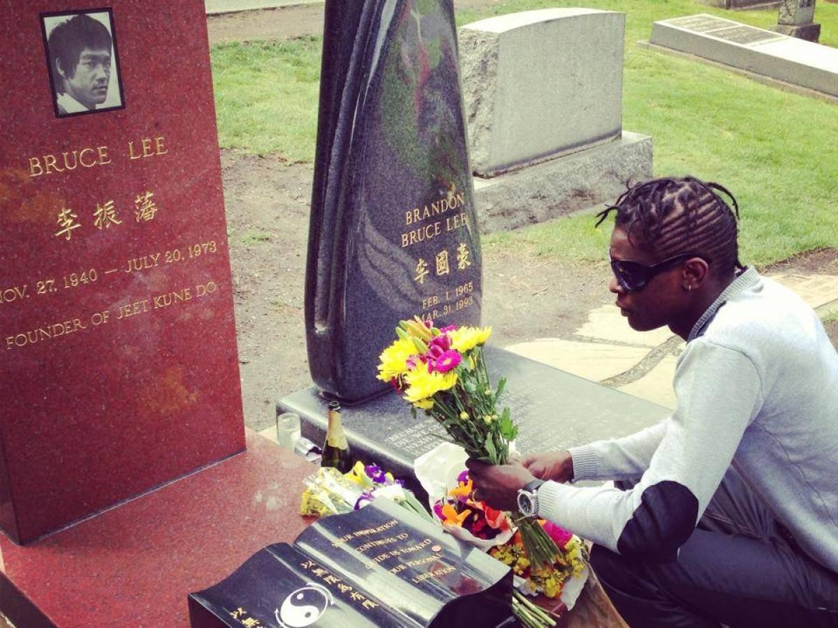 Пам'ятник на могилі Брюс Лі