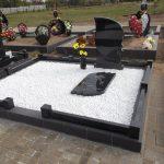 Фігурний пам'ятник з білими камінцями