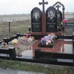 Меморіальний комплекс з червоного та чорного граніта та хрестом