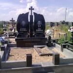 Меморіальний комплекс з хрестом посередині