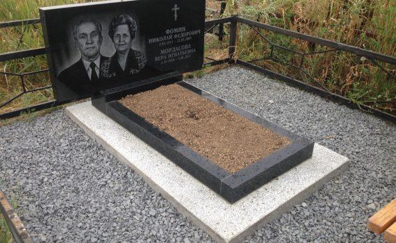 Пам'ятник з відмосткою тротуарною плиткою