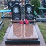 Пам'ятник з червоним хрестом та надгробною плитою