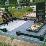 Пам'ятник з гранітною огорожею та квітником