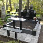 Подвійний пам'ятник на цоколі 2