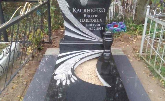 Пам'ятник в формі серця, з колосками та розами