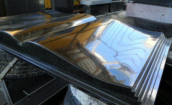 гранітна плита в формі книжки зблизька