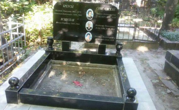 Невеличкий меморіальний комплекс на шість прізвищ
