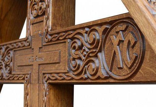 Дерев'яний хрест з різьбою
