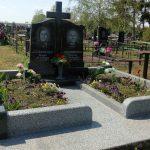 Захоронення з комбінованого граніту, хрестом та цоколем